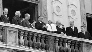 Unterzeichnung des Staatsvertrag am 15. Mai 1955 im Belvedere. Bild zeigt: vlnr: Llewellyn THOMPSON, John Foster DULLES (beide USA), Antoine PINAY (Frankreich), Aussenminister Leopold FIGL, Adolf SCHÄRF, Wjatscheslaw MOLOTOW (Udssr), Julius RAAB und Iwan ILJITSCHOW (Udssr) am Balkon des Belvedere mit dem unterzeichneten Staatsvertrag. schaerf Oesterreich oesterreich